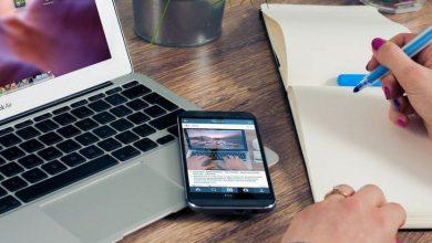Celular y Notebook sobre la mesa