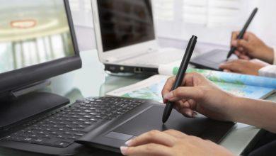 persona trabajando con laptop