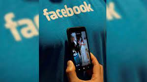 celular mostrando facebook