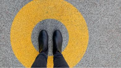 pies sobre cemento en un círculo